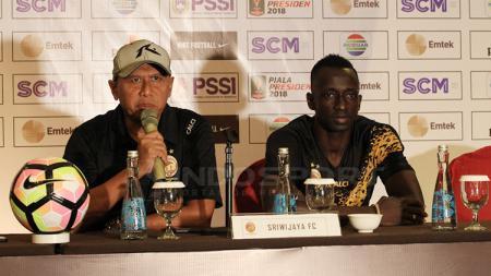 Pelatih Sriwijaya FC, Rahmad Darmawan (kiri) dan Makan Konate dalam jumpa pers. - INDOSPORT