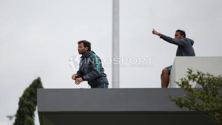 Pelatih Luis Milla (kiri) memberikan arahan kepada para pemainnya dari atas atap tribun Lapangan ABC. Herry Ibrahim