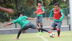 Indosport - Aksi Egy Maulana Vikri (kanan) mengecoh Hargianto. Herry Ibrahim