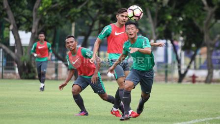 Pemain muda Persib Bandung, Henhen Herdiana (kanan) mengejar bola. Herry Ibrahim