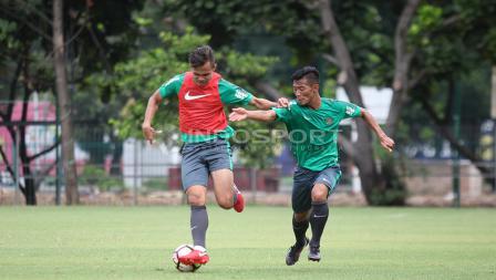 Duel dua pemain muda asal Persija Jakarta, Rezaldi Hehanusa (kiri) dan Henhen Herdiana asal Persib Bandung. Herry Ibrahim
