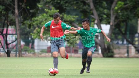 Duel dua pemain muda asal Persija Jakarta, Rezaldi Hehanusa (kiri) dan Henhen Herdiana asal Persib Bandung. Herry Ibrahim - INDOSPORT