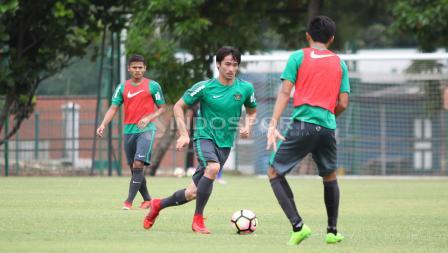 Aksi Gavin Kwan (tengah) mendrible bola. Herry Ibrahim
