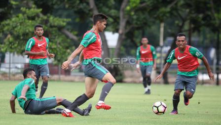 Pemain asal Persebaya Surabaya, Irfan Jaya (kanan) mencoba merebut bola dari Rezaldi Hehanusa. Herry Ibrahim