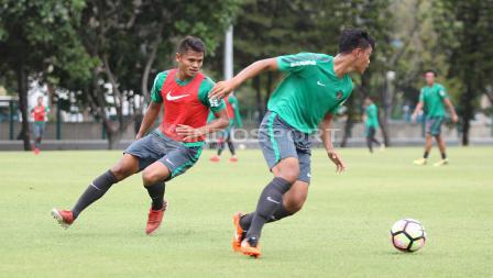 Striker Dimas Drajad (kanan) mencoba mengganggu pergerakan Rachmat Irianto. Herry Ibrahim