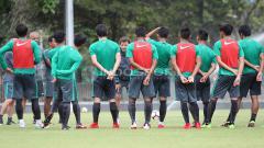 Indosport - Briefing para pemain Timnas U-23 dengan Luis Milla sebelum babak kedua. Herry Ibrahim