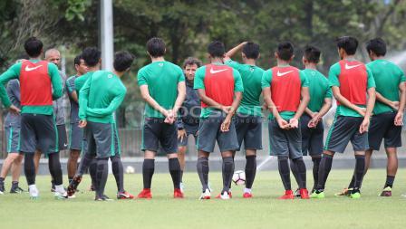 Briefing para pemain Timnas U-23 dengan Luis Milla sebelum babak kedua. Herry Ibrahim