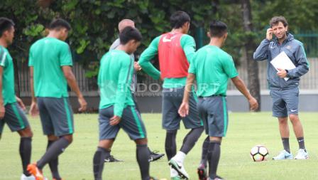 Pelatih Luis Milla (kanan) menanti para pemainnya di tengah lapangan. Herry Ibrahim