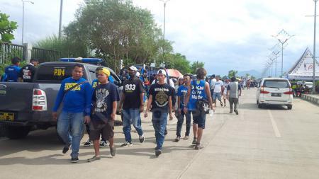 Bobotoh berjalan menuju stadion Gelora Bandung Lautan Api. - INDOSPORT