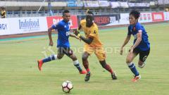 Indosport - Makan Konate (tengah) dijaga ketat oleh dua pemain PSM Makassar.