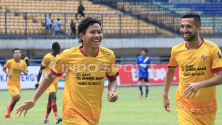 Adam Alis (kiri) melakukan selebrasinya usai berhasil mencetak gol ke gawang PSM Makassar. - INDOSPORT
