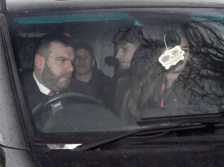 Alexis Sanchez sudah tiba di Carrington. Copyright: Metro