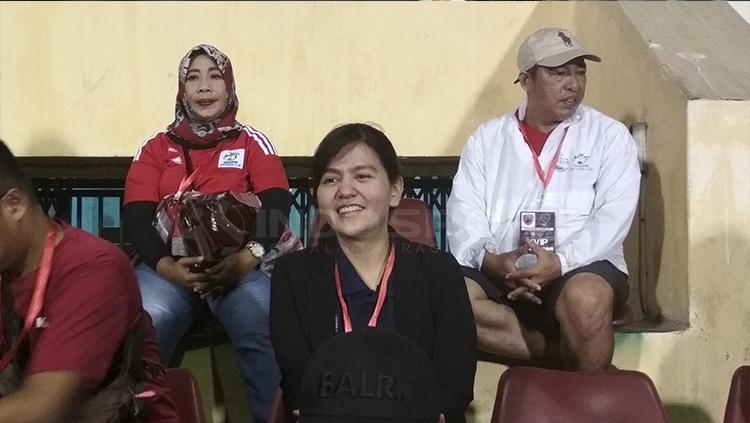 Ratu Tisha saat menyaksikan PSM Super Cup Asia 2018. Copyright: Basri/INDOSPORT