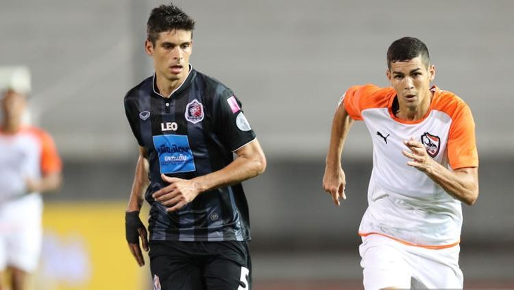 Cleiton Silva (kanan) duel dengan Sergio Suarez. Copyright: INDOSPORT