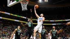 Indosport - Lima Pemain Boston Celtics kawal Evan Fournier yang akan memasukan bola.