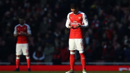 Mesut Ozil dan Shkodran Mustafi berdoa jelang laga. - INDOSPORT