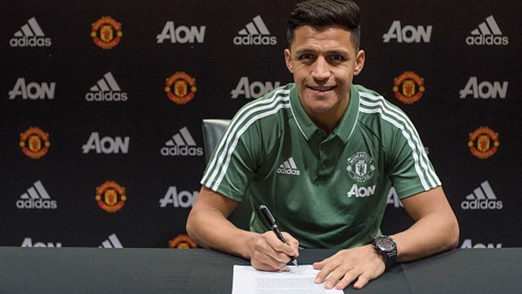 Alexis Sanchez resmi ke Man United. Copyright: INDOSPORT