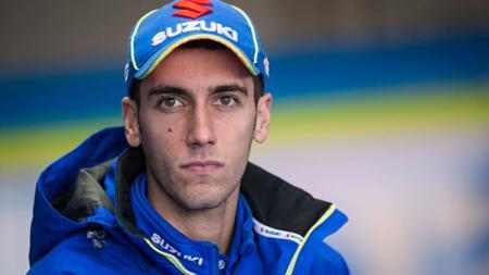 Kabar bahagia datang dari pembalap Suzuki Ecstar, Alex Rins yang baru saja melamar sang kekasih yakni Alexander Perez saat libur balapan MotoGP. - INDOSPORT