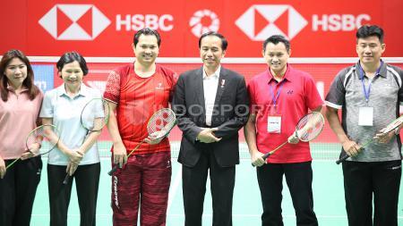 Presiden Jokowi foto bersama dengan para legenda bulutangkis Indonesia. - INDOSPORT