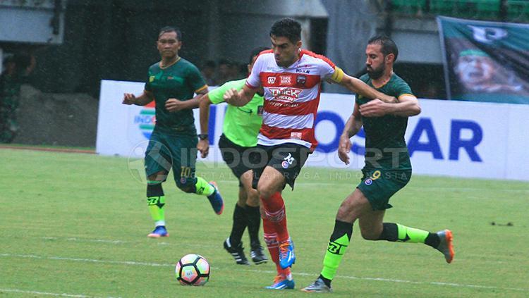 Fabiano Beltrame menjaga pergerakan Elio Martins Bruno. Copyright: Ian Setiawan/INDOSPORT