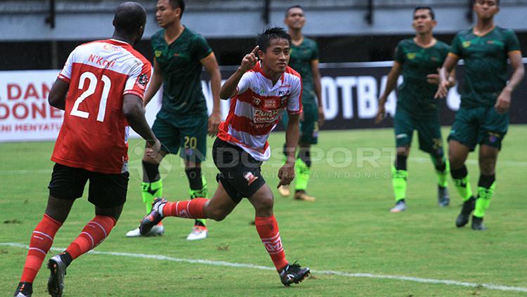 Selebrasi gol Bayu Gatra membuka keunggulan MU. Copyright: Ian Setiawan/INDOSPORT