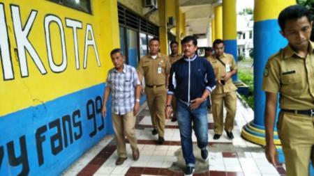 Indra Sjafri saat mengunjungi markas Persikota Tangerang. - INDOSPORT