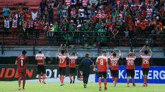 Indosport - Para pemain Madura United melambaikan tangan kepada suporter.