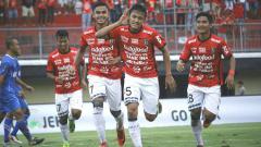 Indosport - Skuat muda Bali United merayakan gol ke gawang PSPS.