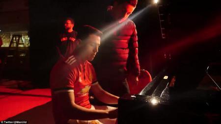 Sanchez menunjukan kemampuannya bermain piano. - INDOSPORT