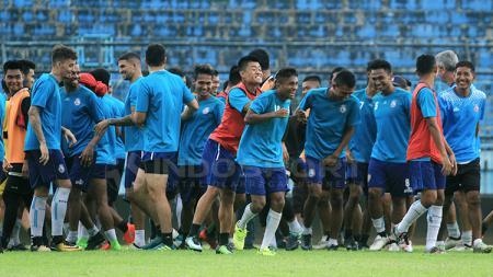 Sukacita pemain Arema FC saat jalani latihan. - INDOSPORT