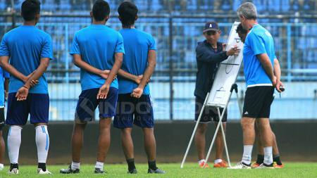 Joko Susilo memimpin latihan bersama Arema FC. - INDOSPORT