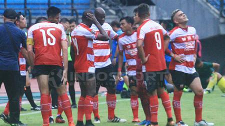 OK John saat diskusi dengan pemain Madura United dalam water break. - INDOSPORT