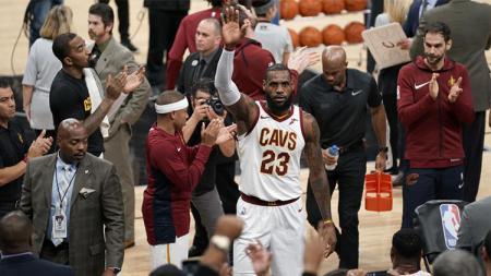 LeBron James mendapat standing ovation dari fans Spurs. - INDOSPORT