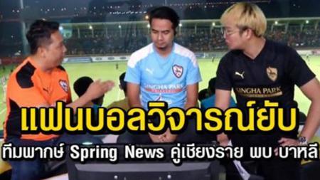 Tiga komentator lokal Thailand saat pertandingan Chiangrai United melawan Bali United. - INDOSPORT