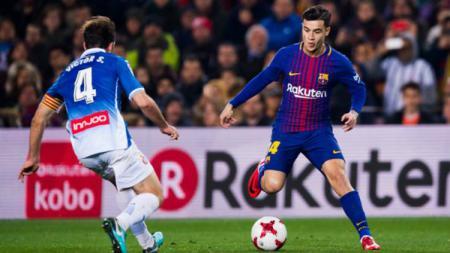 Philippe Coutinho sedang menggiring bola saat menjalani debut perdana di Barcelona. - INDOSPORT