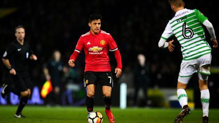 Alexis Sanchez tampak fokus dengan akan melewati pemain Yeovil Town. - INDOSPORT