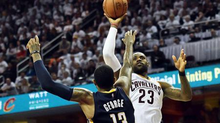 LeBron James mendapat perlawanan dari lawan. - INDOSPORT