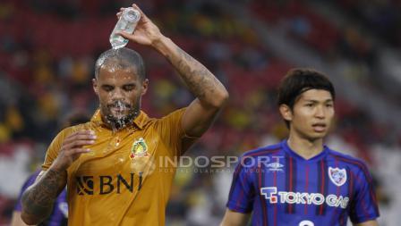 Striker BFC, David Aparecido Da Silva membasuh wajahnya dengan air mineral.