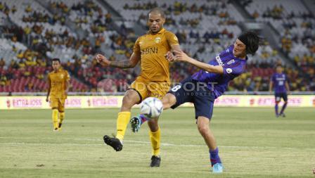 Striker BFC, David Aparecido Da Silva (tengah) dijaga ketat pemain FC Tokyo (Yojiro Takahagi).