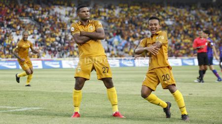 Gaya selebrasi Marinus Manawer (tengah) usai mencetak gol ke gawang FC Tokyo. - INDOSPORT