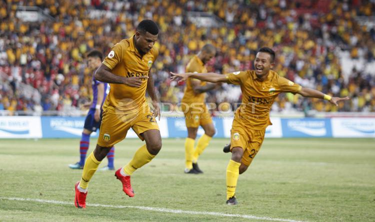 Selebrasi Marinus Manawer usai mencetak gol kedua untuk BFC. Copyright: Herry Ibrahim/Indosport.com