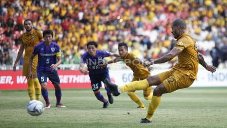 Striker BFC, David Aparecido Da Silva mengeksekusi tendangan penalti.