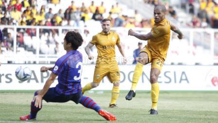 Striker BFC, David Aparecido Da Silva (kanan) melakukan tendangan ke gawang FC Tokyo.