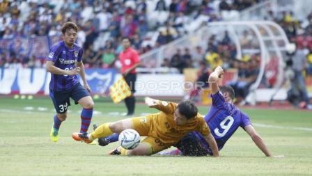 Pemain BFC, Lee Yoo Jun (tengah) berjibaku dengan pemain FC Tokyo.