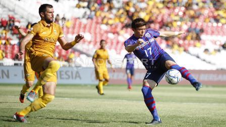 Striker FC Tokyo, Cayman Togashi melakukan tendangan ke gawang BFC.