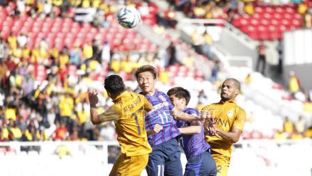Duel udara antara pemain FC Tokyo, Kensuke Nagai (kedua dari kiri) Kensuke Nagai dengan pemain BFC, Alsan Sanda.