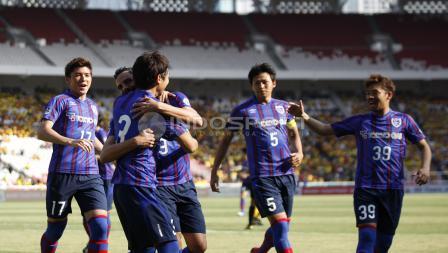 Selebrasi para pemain FC Tokyo atas gol pertama ke gawang BFC yang dicetak Masato Morishige.