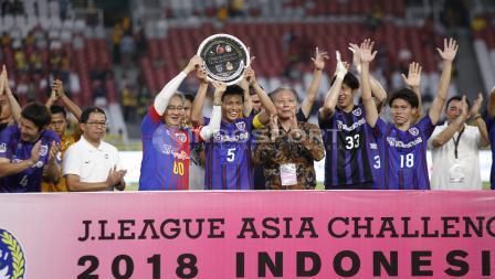 Para pemain FC Tokyo mengangkat piala kemenangan atas uji coba dalam merayakan 60 tahun Hubungan Diplomatik Indonesia-Jepang.