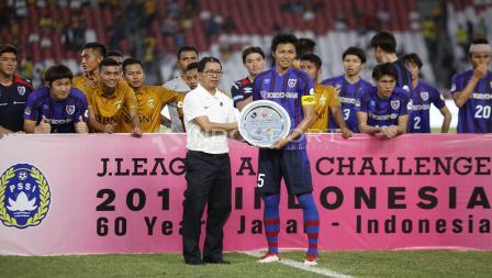 Wakil Ketum PSSI, Joko Driyono menyerahkan piala kemenangan atas uji coba dalam merayakan 60 tahun Hubungan Diplomatik Indonesia-Jepang kepada kapten FC Tokyo, Yuichi Maruyama.