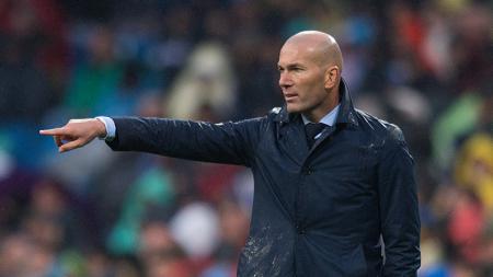 Pelatih Real Madrid, Zinedine Zidane, sedang melakukan perombakan skuat setelah mengalami hasil buruk di musim 2018/19 lalu. - INDOSPORT